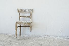 Zlomená noha u židle - dá se opravit nebo raději koupit novou židli?