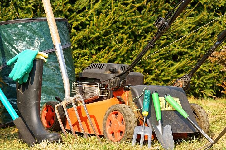 Nezapomínejte na drobné údržby zahradní techniky a náčiní (Zdroj: Depositphotos)