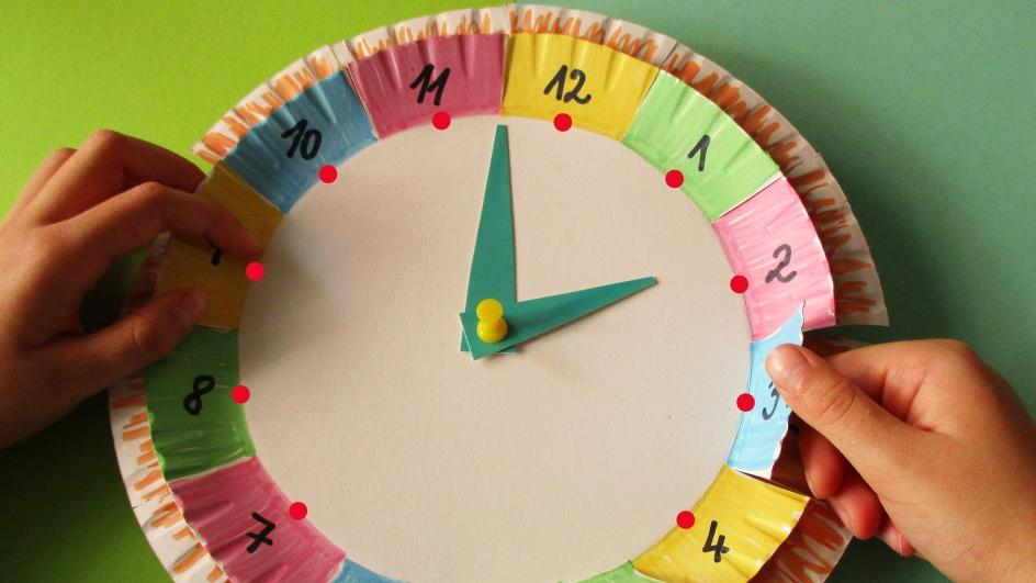 Kolik je hodin? Popostrčte děti do učení a udělejte si společně papírové hodiny