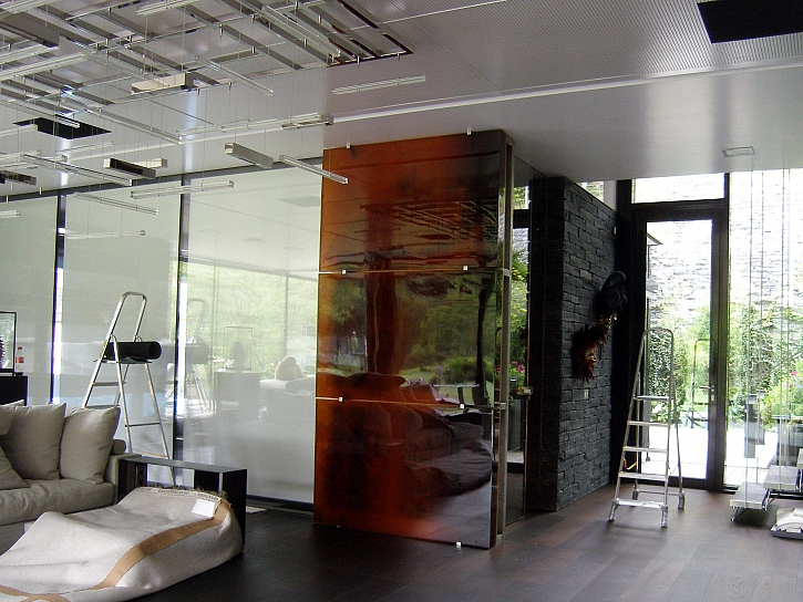 Skleněný reliéf vytváří magické centrum celé velkoryse řešené místnosti (Zdroj: Ateliér VITRAJ)