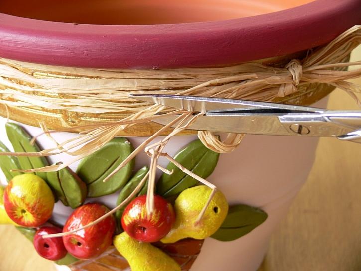 Plasticky zdobený květináč modelovací hlínou