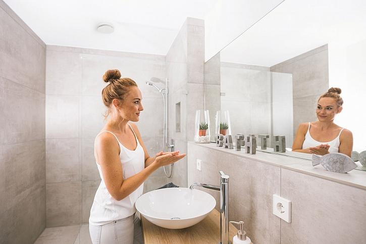 Zehnder-CSY-ComfoValve-Luna-E-bathroom-woman-1_Print_76387
