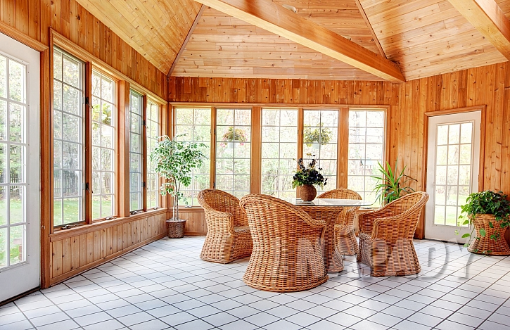 Světlá keramická dlažba v zimní zahradě