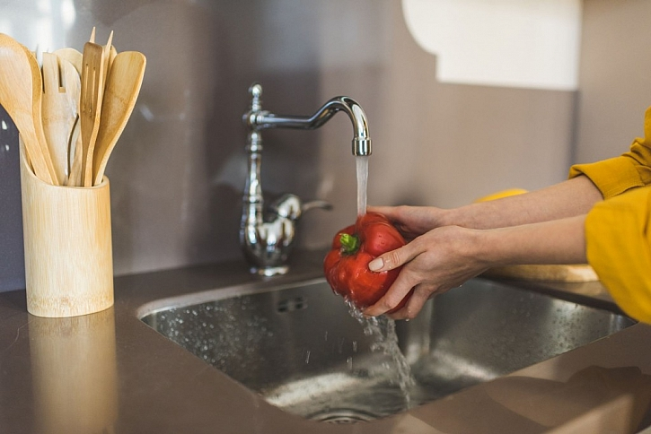 Vodu z mytí zeleniny zachyťte do mísy a použijte na zalévání květin