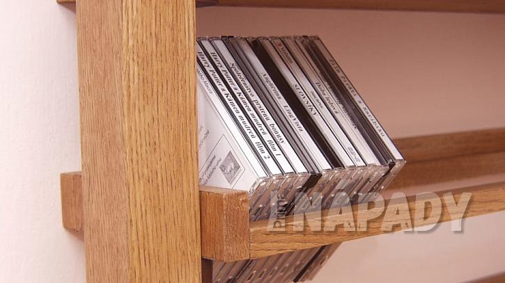 Domácí počítačová pracovna: připevníme poličku na CD