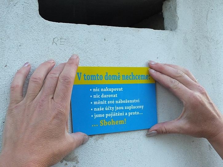 přitisknout... malý štítek pod schránku nemusíte ani fixovat