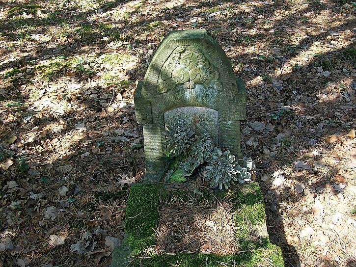 Starý náhrobní kámen