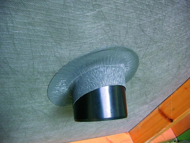 Tvarovací pás Easy-Form brání zatékání okolo komína, vikýřů a podél dělicích zdí
