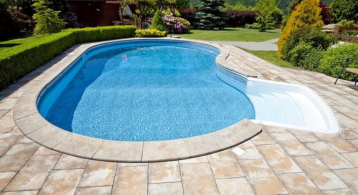 Správné umístění bazénu na zahradě je na slunečném místě a mimo dosah stromů