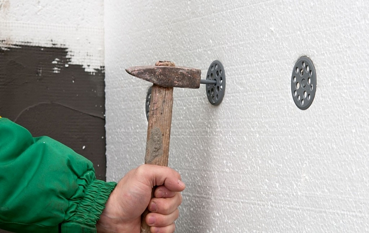 Hmoždinky do fasády mohou být šroubovací nebo zatloukací
