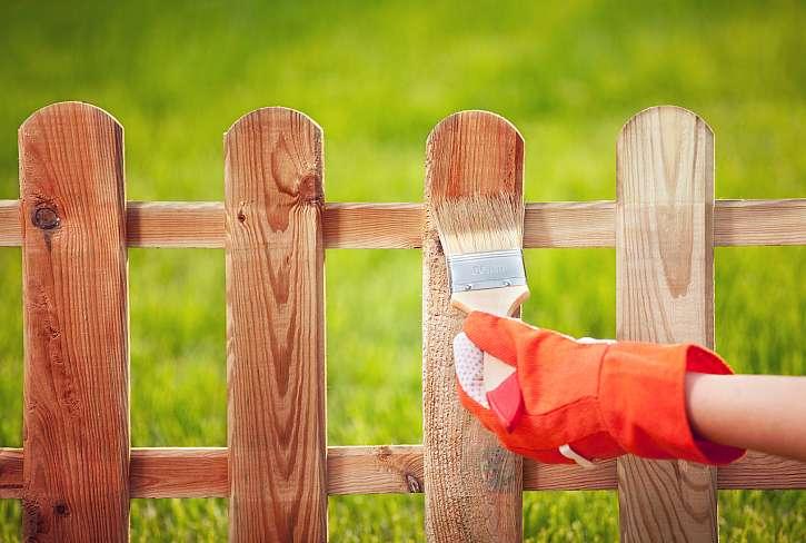 Lazura chrání dřevo v exteriéru proti UV záření a nepřízním počasí (Zdroj: Depositphotos)