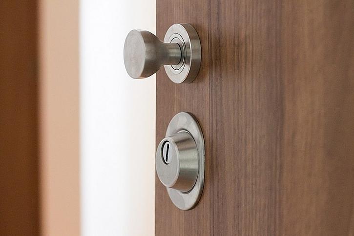 Co dělat, když si zabouchnete bezpečnostní dveře?