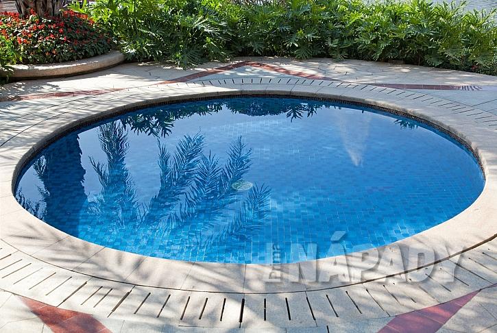 Malý zapuštěný bazén