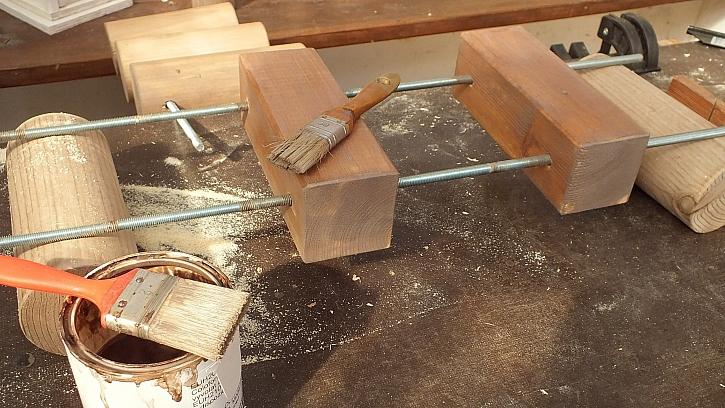 Jak vyrobit knihovnu z kulatiny: veškeré dřevo upravíme lakem