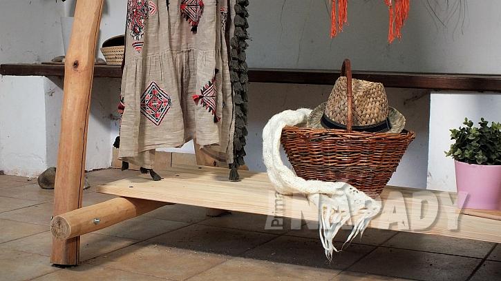 Jak vyrobit stojan na šaty z větví: spodní polici využijeme třeba na módní doplňky