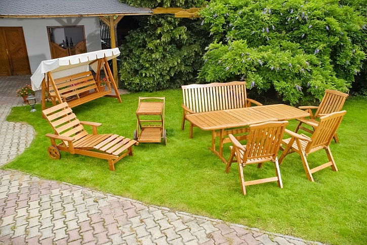 Nenechejte dřevěný zahradní nábytek zešednout