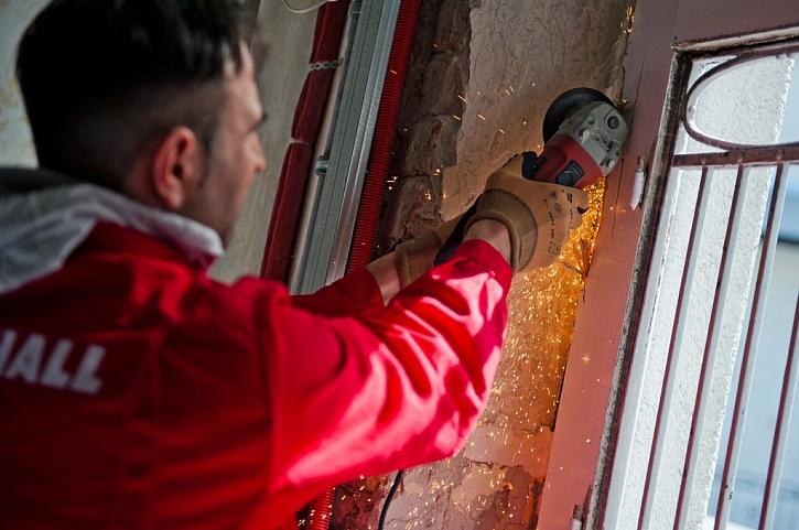 Demontáž je někdy možné provést bez poškození zdí a omítek, někdy je ale nutné staré okno vybourat.