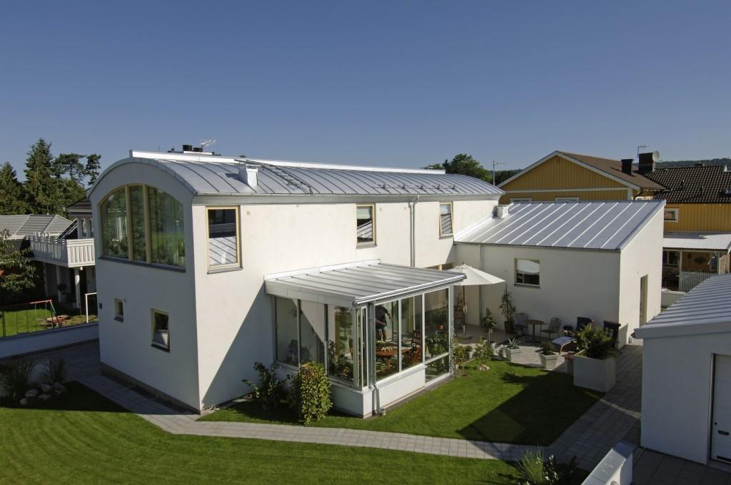 Jsou plechové střechy bezpečné při silném větru?