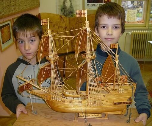 Vlajková loď Golden Hind vyrobená ze zápalek