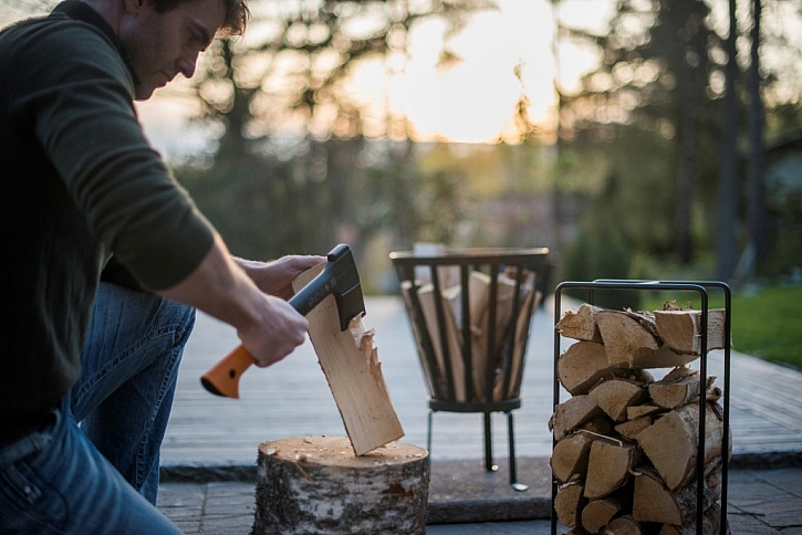 Příprava dřeva na zimu: Víte, jak si vybrat tu správnou sekeru?