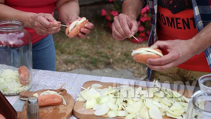 Recept na utopence: špekáčky naplníme cibulí