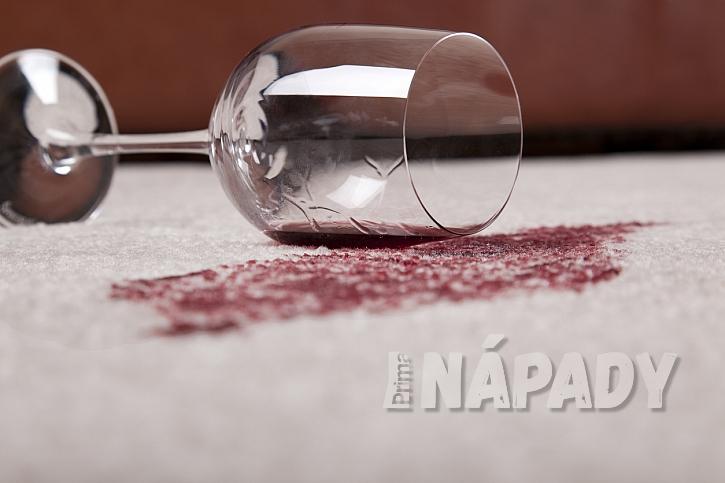 Červené víno nejprve odsajte papírovou utěrkou