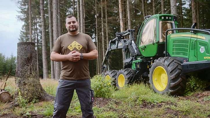 Zdeněk operátor harvestoru mluví o své práci.