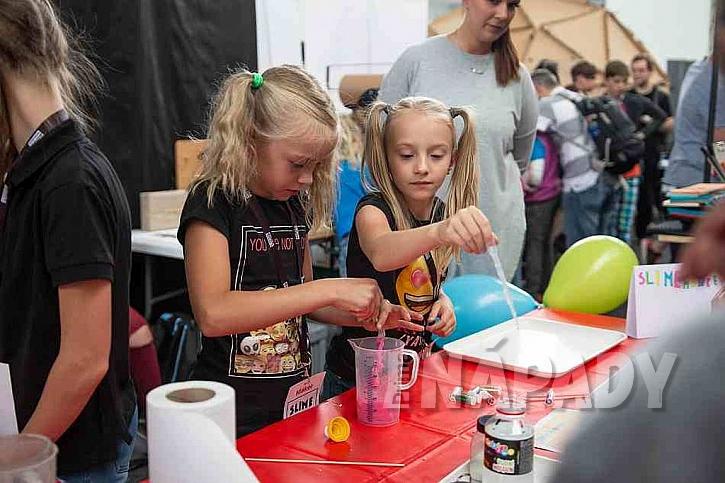 Děti vyrábějí sliz