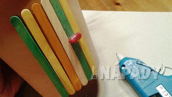 DIY ozdobný květináč na bylinky: přilepte malý barevný kamínek