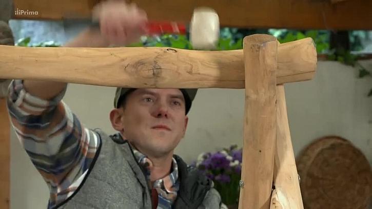 Přitlučení dřevěným kladívkem