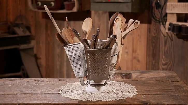Vyrobte si stojánek na kuchyňské náčiní ze starého struhadla