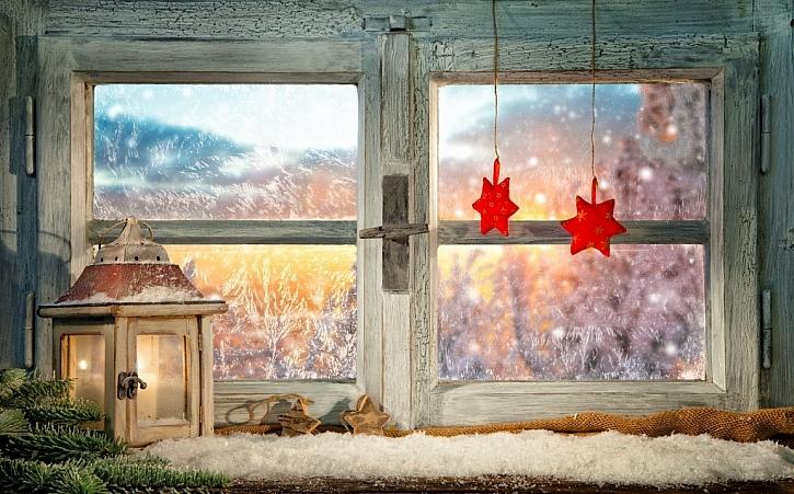 Výzdobu můžete umístit před okno na parapet