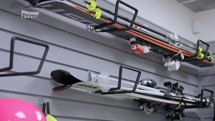 Uložení lyží na držáky.