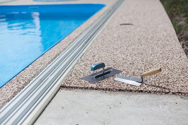 Konečné úpravy okolo bazénu vyžadují i dlažbu a případně zapuštěnou drážku pro zastřešení