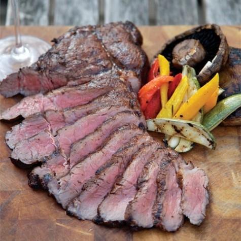 Recept z Kanady: Grilované steaky z hovězí svíčkové s karamelizovanou cibulí a houbami
