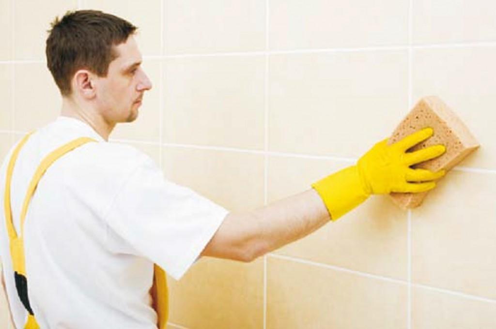 Při lepení obkladů či dlažby v koupelně je základem dokonalá ochrana podkladu před vlhkostí!