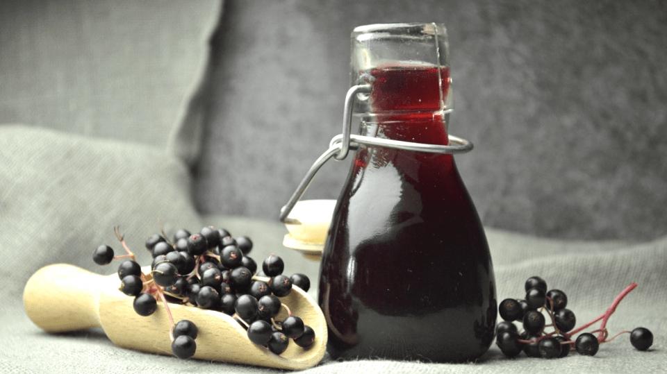 Domácí bezinkový likér: Udělejte si sladký lék proti kašli a rýmě