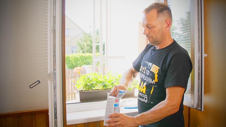 Minutový manžel instaluje do okna síť proti hmyzu