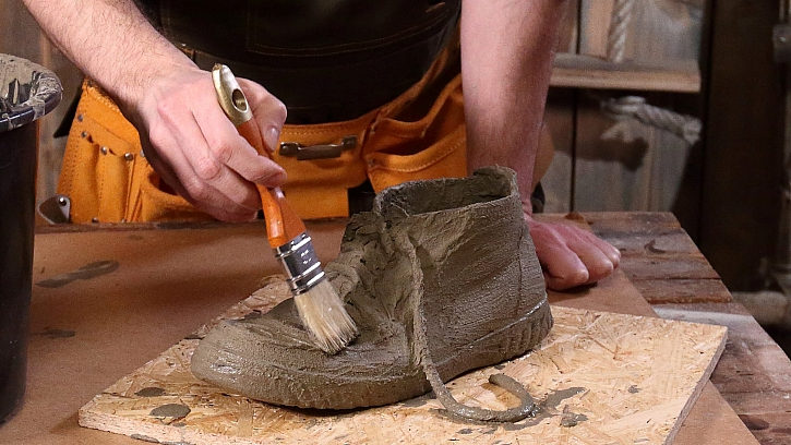 Betonové boty: štětečkem doděláme detaily