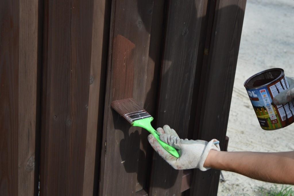 Nátěr dřevěného plotu krok za krokem