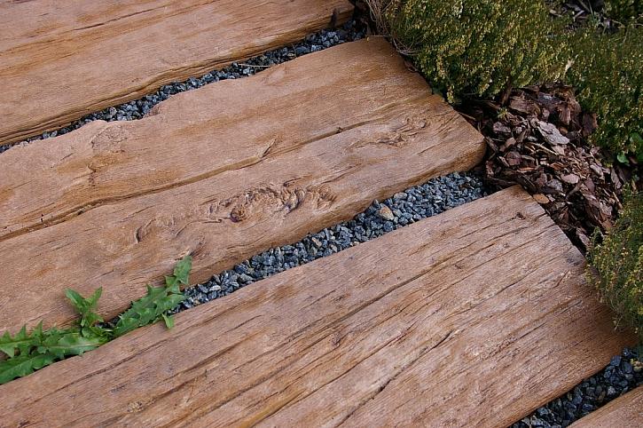 Betonová dlažba dokonale imitující dřevo