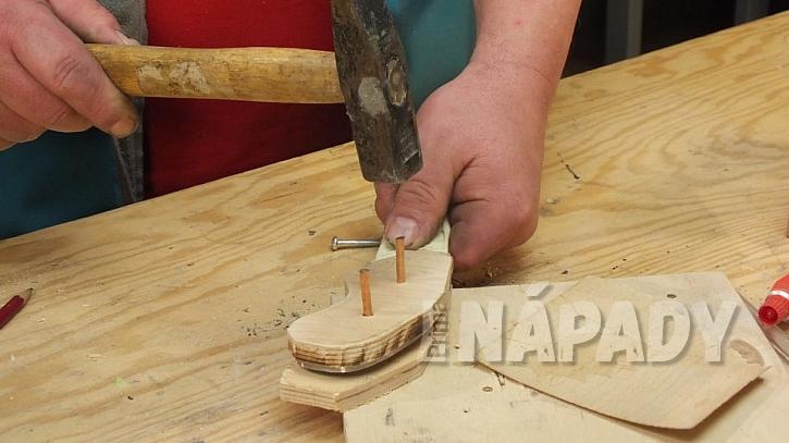 Výroba nože: vyřízneme dvě strany střenky