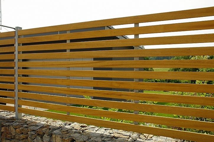 Vlastníkem plotu je podle nového občanského zákoníku vlastník pozemku, na kterém plot stojí