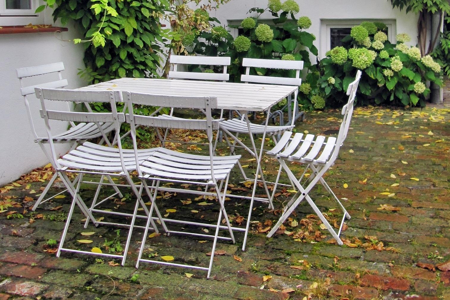Podzimní péče o zahradní nábytek aneb Aby mohl zdobit zahradu i příští rok