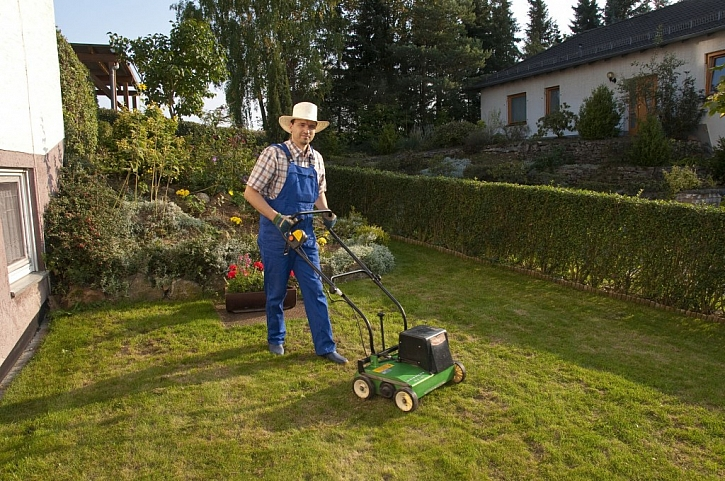 Větší trávník zjara ošetříme vertikutátorem