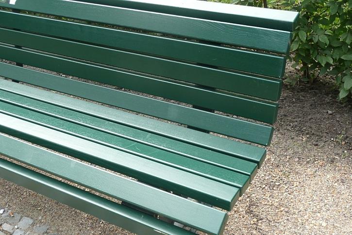 Nový nátěr zahradní lavičky