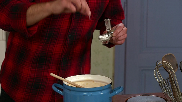 Dochucení polévky solí