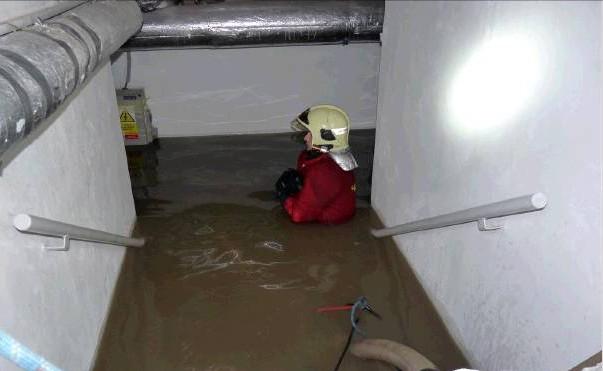 Voda v suterénu, vandalové na chodbách a oheň na střeše. Rizika hrozící bytovým domům jsou nepředvídatelná.