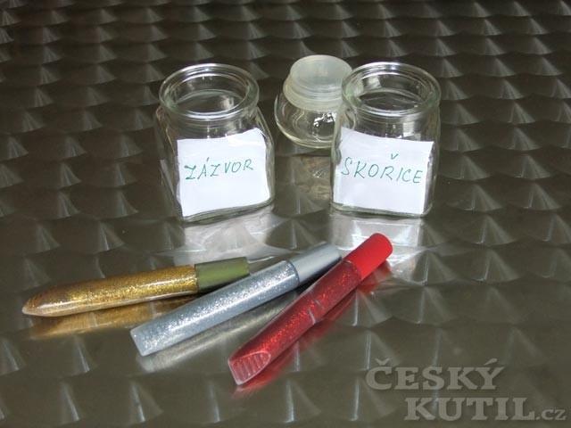 Zdobení kořenek třpytivým lepicím gelem