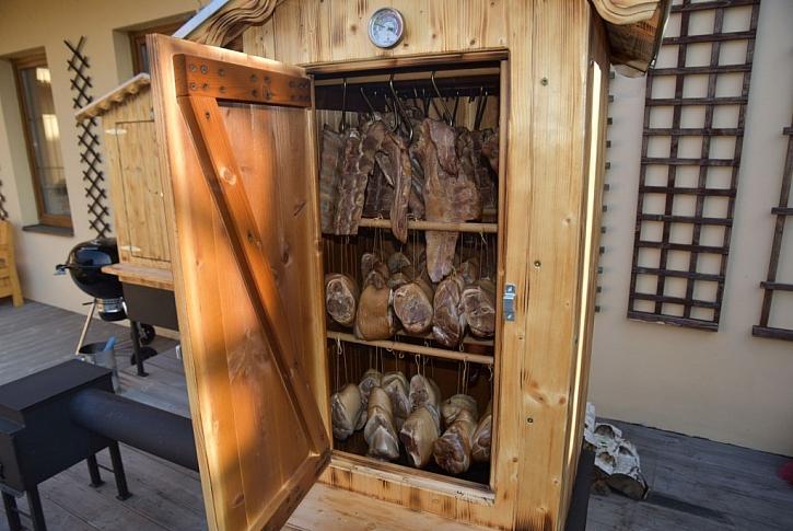 Dřevěné udírny nabízejí původní styl uzení